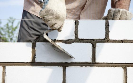 Нюансы возведения стен из легкого бетона и кирпича